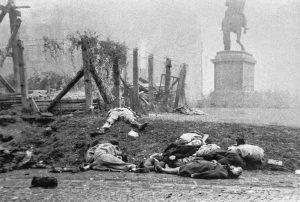 Nach dem Aufstand: Leichen von Zivilisten säumten die Straßen von Budapest. (Bild: Imago/Itar-Tass)