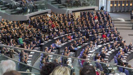 Bei der Konstituierung des 18. Deutschen Bundestags 2013 versammelten sich 630 Abgeordnete im Plenarsaal. 2017 könnte es mit bis zu 750 Abgeordneten nochmals deutlich enger werden. (Foto: Imago/Stefan Zeitz)