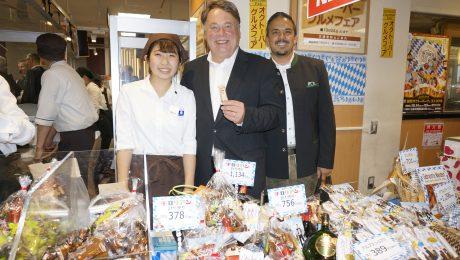 Bayerische Spezialitäten kommen gut an in Japan: Landwirtschaftsminister Helmut Brunner bei der Eröffnung des Bayernmarktes in Fukuoka. (Bild: StmELF)