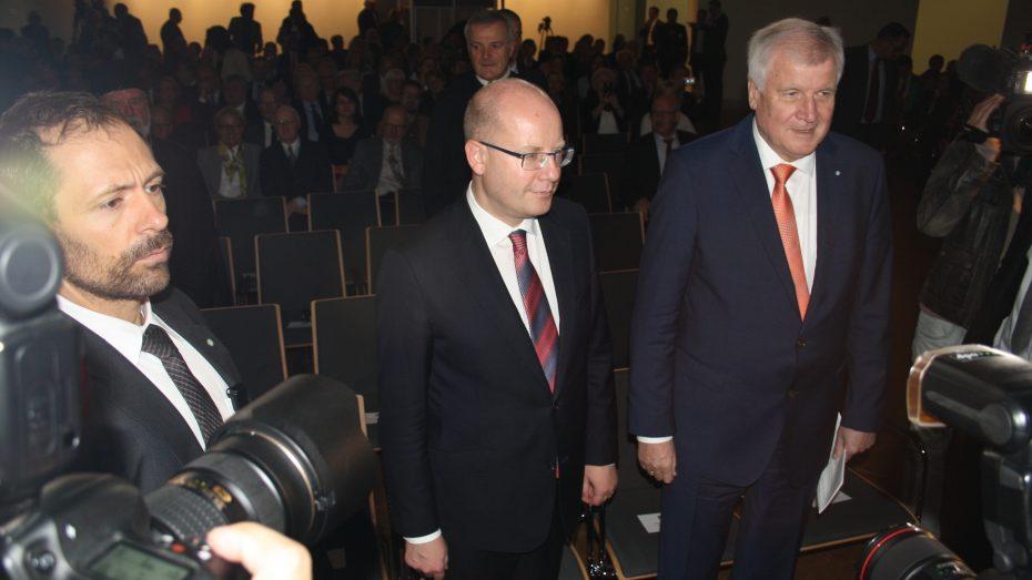 Großer Presserummel bei der Eröffnung des bayerisch-tschechischen Landesausstellung über Karl IV. in Nürnberg: Der tschechsiche Ministerpräsident Bohuslav Sobotka (M.) und sein bayerischer Amtskollege Horst Seehofer. (Foto: Wolfram Göll)