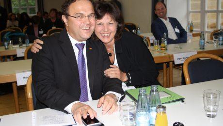Beim Bezirksparteitag der CSU Oberfranken: Bezirksvorsitzender Hans-Peter Friedrich (l.) und Bayerns Wirtschaftsministerin Ilse Aigner verstehen sich prächtig. (Foto: Wolfram Göll)