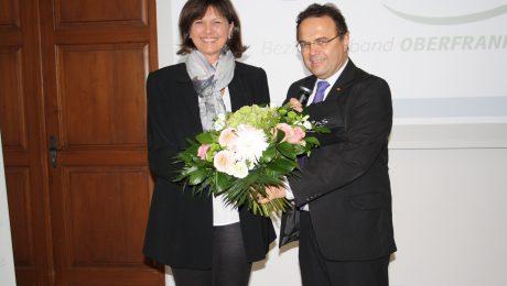 Beim Bezirksparteitag der CSU Oberfranken: Bezirksvorsitzender Hans-Peter Friedrich (r.) schenkt Bayerns Wirtschaftsministerin Ilse Aigner einen oberfränkischen Schal und einen Strauß Blumen. (Foto: Wolfram Göll)