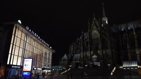 Tatorte: Der Kölner Hauptbahnhof, daneben der Dom. (Bild: Imago/Revierfoto)
