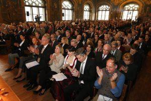 Die geladenen Gäste im historischen Rathaussaal in Wasserburg am Inn. (Bild: Meggle)