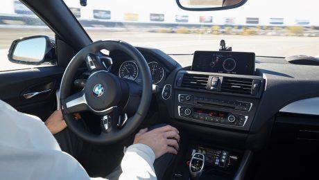So sieht die Zukunft aus: Das Auto fährt von selbst, aber der Fahrer hat jederzeit die Möglichkeit einzugreifen. (Bild: BMW-Group)