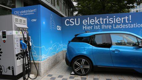 Die CSU fördert E-Mobilität mit einer Ladesäule an der Parteizentrale. (Bild: Anja Schuchardt)