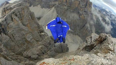 Im Tiefenrausch: Wingsuit-Star Uli Emanuele in den Dolomiten. (Foto: Mediaart Production)