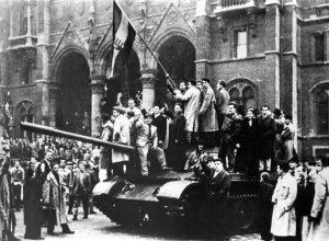 Ungarnaufstand 1956: Sogar Teile der Armee schlugen sich auf die Seite der Demonstranten. (Bild: Imago/Itar-Tass)