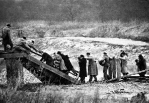 Exodus 1956: Ungarn flüchten über eine von den Russen gesprengte Brücke an der Grenze zu Österreich. (Bild: Imago/United Archives International)
