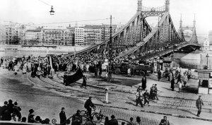 Einer der Demonstrationszüge überquert am 23. Oktober 1956 eine Donaubrücke zwischen den Stadtteilen Buda and Pest. (Bild: Imago/United Archives International)