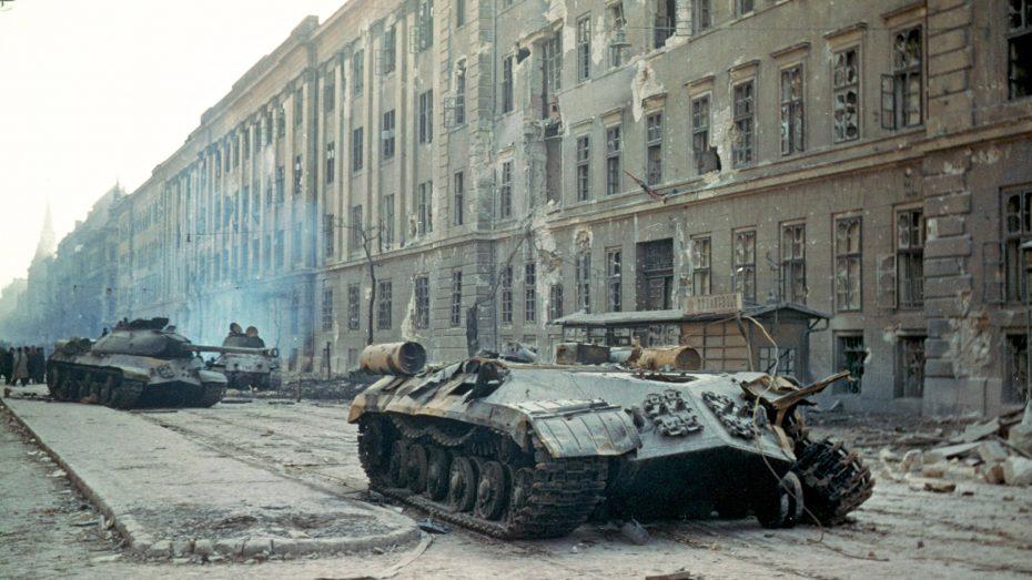 Zerstörte sowjetische Panzer vor der während des Ungarnaufstands 1956 schwer umkämpften Kilian-Kaserne in Budapest. (Bild: Imago/epd)