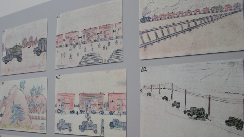 """Die Vertreibung der Sudetendeutschen 1946 in Viehwaggons, wiedergeben in Kinderzeichnungen der Ausstellung """"Heimatweh"""", Nürnberg. (Foto: Wolfram Göll)"""