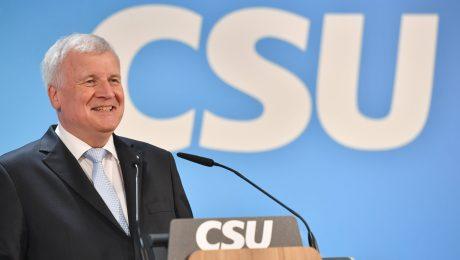 Gibt eines seiner beiden Spitzenämter ab: Ministerpräsident Horst Seehofer will auf den CSU-Parteivorsitz verzichten (Foto: Imago/Sven Simon)