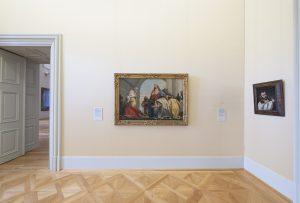 Seide statt Raufaser: Gemälde an einer der erlesen bespannten Wände. (Foto: H. Koyupinar)