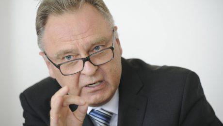 Der frühere Verfassungsgerichtspräsident Hans-Jürgen Papier sieht die CSU im Streit um eine Flüchtlingsobergrenze im Recht. (Bild: Imago/epd)