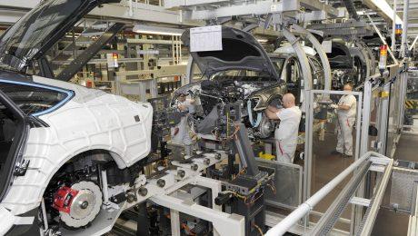 Die Karosserien werden im Audiwerk montiert - wird Fließband bald Vergangenheit? (Bild: Imago/Sven Simon)