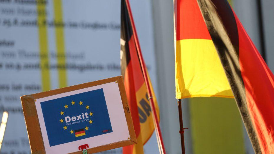 Ein Schild auf einer Pegida-Demo fordert den Austritt Deutschlands aus der EU. Anhänger von Rechtspopulisten sehen die Globalisierung besonders negativ. (Foto: Imago)