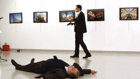 Attentat in Ankara: Der Täter und sein am Boden liegendes Opfer, Russlands Botschafter Andrej Karlow. (Bild: Imago/Depo Photos)