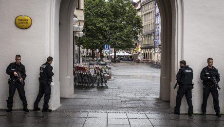Das Pressefoto Bayern 2016 zeigt Polizisten während des Amoklaufs in München. (Bild: BJV/Sachelle Babbar)
