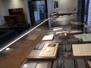 Neue Dauerausstellung mit Oskar Maria Grafs Exil-Schreibtisch links hinten. (Foto: G. Dolak)