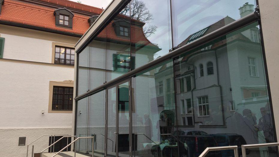 Im Spiegel des Neuen: Der neue Glas-Anbau am Monacensia-Gebäude beherbergt ein Café, das im Sommer auch draußen auf den Stufen öffnen wird. (Foto: G. Dolak)