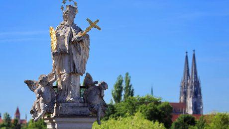 Zeit für Geständnisse? Der heilige Nepomuk, hier vor dem Regensburger Dom, gilt als Patron des Beichtgeheimnisses. (Bild: Imago/Chromorange)