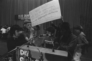 """Die """"Indianerkommune"""", die für straffreien Sex zwischen Erwachsenen und Kindern eintrat, besetzt das Podium beim Parteitag 1980 in Dortmund. (Foto: Imago/S. Simon)"""