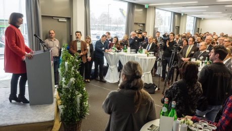 Bayerns Wirtschaftsministerin Ilse Aigner (CSU, l.) bei ihrer Einweihungsrede für das neue Medical Valley Center in Forchheim. (Foto: StMWI)