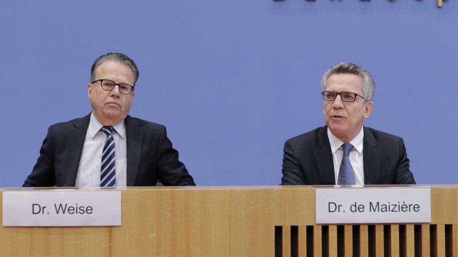 Frank-Jürgen Weise, Leiter des Bundesamts für Migration und Flüchtlinge, und Bundesinnenminister Thomas de Maiziere (r.), bei der  Vorstellung der Asylzahlen 2016. (Bild: Imago/Metodi Popow)