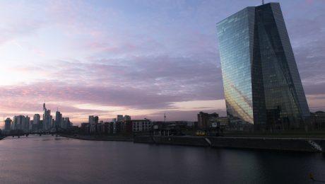 Bayerns Staatsregierung fordert von der Europäischen Zentralbank - hier die Zentrale in Frankfurt am Main - das Ende der Niedrigzinspolitik. (Bild: Imago/G. Alabiso)
