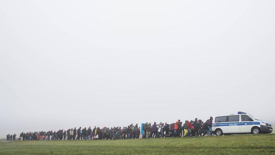Der Herbst 2015 darf sich nicht wiederholen: Flüchtlingskolonne bei Wegscheid. (Foto: Imago/Sebastian Widmann)