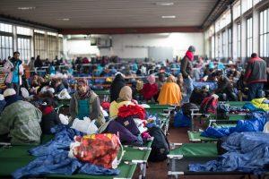 Massenankunft im Oktober 2015: Flüchtlinge in einer Erstaufnahmeeinrichtung in Passau. (Foto: Imago/Sebastian Widmann)