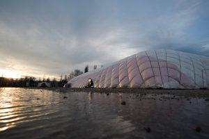 Neue Ideen waren nötig, um den Ansturm zu bewältigen: Traglufthalle in Karlsfeld bei München.  (Foto: Imago/Sebastian Widmann)
