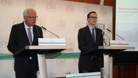 """Bei der Präsentation der Studie """"Bayerns Zukunft"""" in Banz: CSU-Fraktionschef Thomas Kreuzer (l.), Studienleiter Michael Böhmer vom Prognos-Institut (r.). (Foto: Wolfram Göll)"""