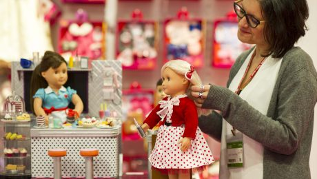 Bei allem Trend zu Hightech-Spielzeugen haben die klassischen Puppenküchen, Modellautos und -Eisenbahnen immer noch einen festen Platz im Herzen der Kinder. (Foto: Spielwarenmesse e.G.)