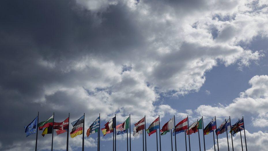 Fahnen wehen vor dem Europaparlament in Straßburg. Die CSU will die EU reformieren. (Foto: Imago/Steinach)