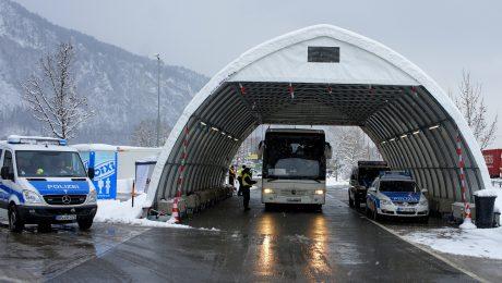 Die Rosenheimer Bundespolizei hat im deutsch-österreichischen Grenzgebiet am Wochenende rund 100 Migranten festgestellt und mehrere Schleuser gestoppt. (Bild: Bundespolizei)