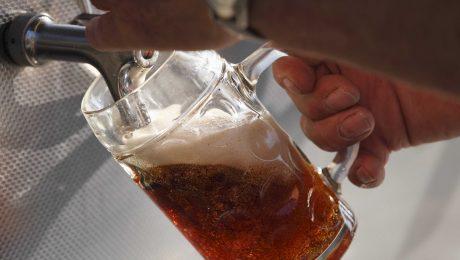 Inbegriff fränkischer Bierkultur: Ein frisches Seidla, im Biergarten auch gern eine frische Maß, hier in Breitenlesau in der Fränkischen Schweiz. (Foto: Imago/Westend 61)