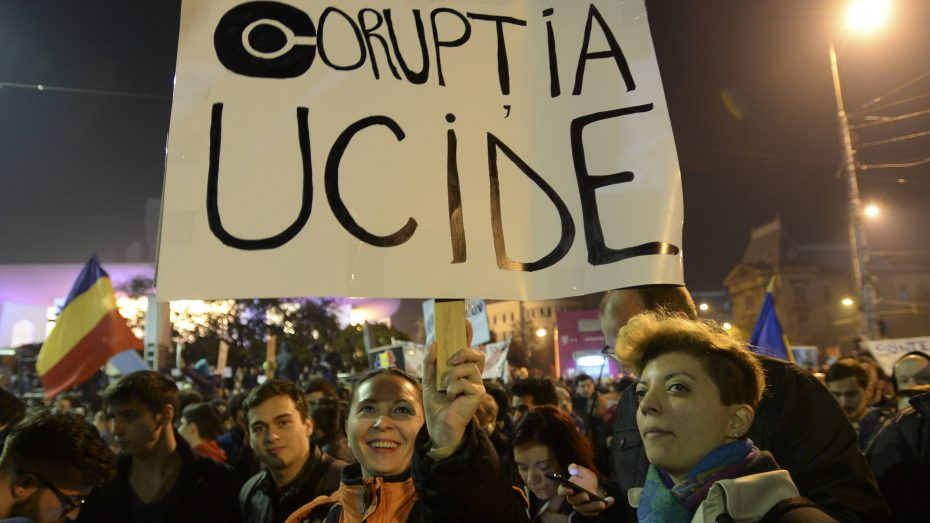 """""""Korruption tötet"""" lautet der Spruch dieser Demonstranten in Bukarest. Zehntausende protestierten gegen das Amnestiegesetz der Sozialisten, mit dem die Korruptionsbekämpfung eingeschränkt wird. (Foto: Imago/ZUMA Press)"""