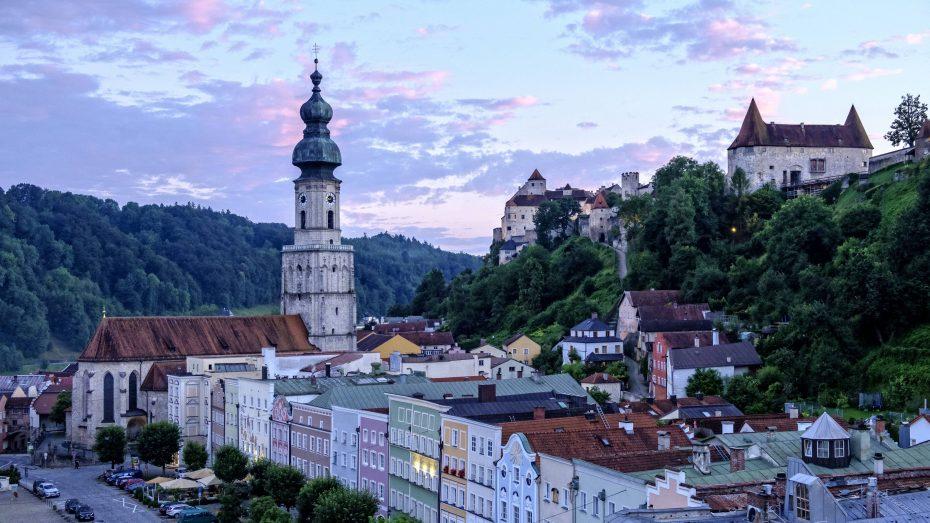 Bayerns Tourismusmagneten - hier die längste Burg Europas in Burghausen - werden immer beliebter. (Bild: Imago/Westend81)