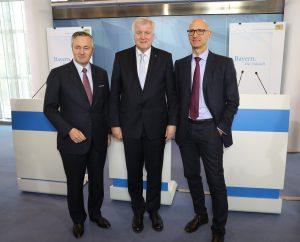Nach der Pressekonferenz (v.l.): Der Vorstandsvorsitzende von Vodafone Deutschland, Hannes Ametsreiter, Ministerpräsident Seehofer und der Vorsitzende der Deutschen Telekom, Timotheus Höttges. (Bild: Bayerische Staatskanzlei)