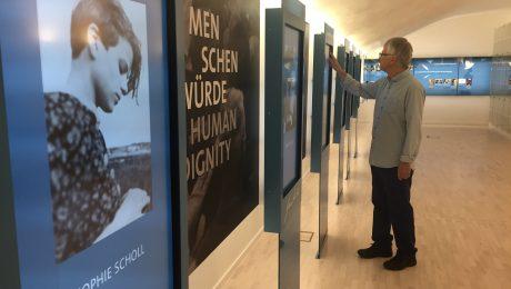 """Sophie Scholl zum Anfassen: Ein Besucher bedient einen der interaktiven Bildschirme im neu gestalteten """"Denkraum Weiße Rose"""". (Foto: G.Dolak)"""