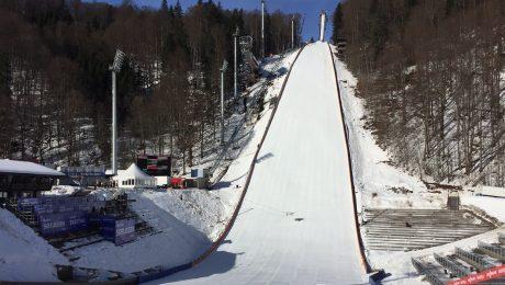 Die Heini-Klopfer-Schanze in Oberstdorf kurz vor Start des Skiweltcups. (Bild: Skisport- und Veranstaltungs GmbH/fkn)