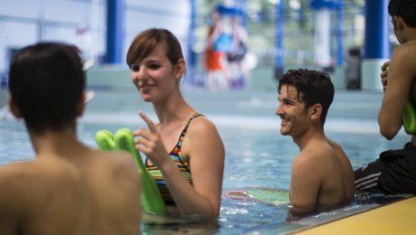 Die Betreuung von knapp 62.000 unbegleiteten minderjährigen Flüchtlingen (UMF) – davon 90 Prozent männlich – wird den deutschen Staat 2017 rund vier Milliarden Euro kosten. Hier ein Schwimmkurs für UMF mit deutscher Schwimmlehrerin in Bad Homburg. (Foto: imago/Michael Schick)