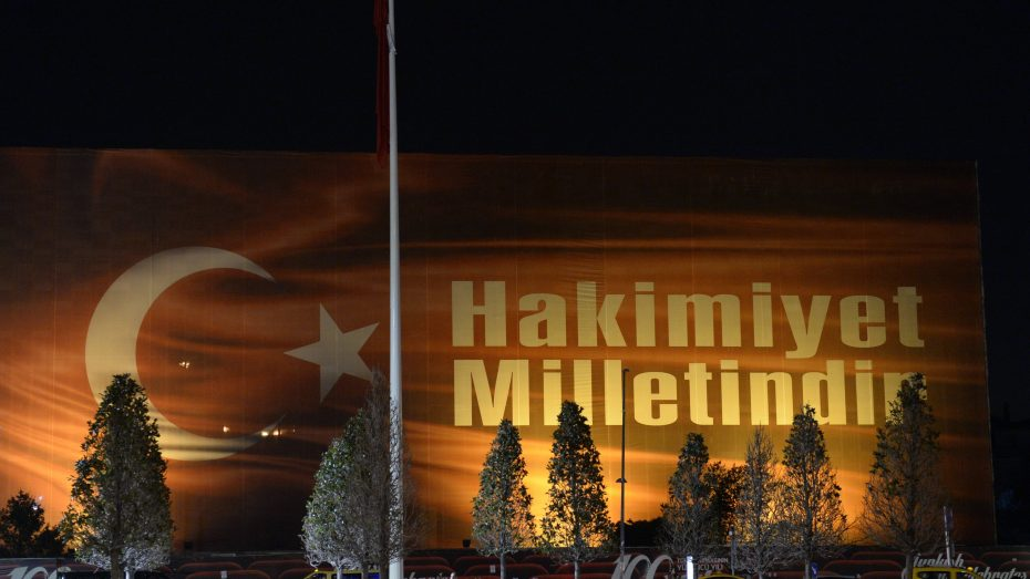 """Die türkische Regierung  plakatiert """"Hakimiyet Milletindir"""", übersetzt etwa """"Herrschaft des Volkes"""". (Bild: Imago/Chromorange)"""