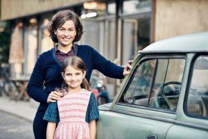 """Anna Erler (Henriette Confurius) mit Tochter Charlotte (Helena Pieske) im geteilten Dorf """"Tannbach"""" an der deutsch-deutschen Grenze. (Foto: ZDF/Julie Vrabelova)"""
