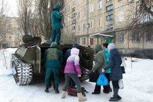 Region Donezk: Zivilisten werden in gepanzerten Fahrzeugen evakuiert. (Bild: Imago/Itar-Tass/Valentin Sprinchak)