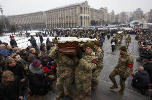 Kiew: Ukrainische Soldaten tragen Särge der bei Avdiivka gefallenen Kameraden. (Bild: Imago/Zuma Press/Maxym Marusenko)