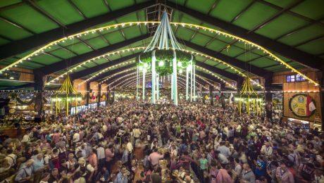 """Noch ein bissl Luft nach oben: In der Augustiner-Festhalle kostete die Mass Helles im vergangenen Jahr 10,40 Euro. (Foto: Rainer Viertlböck, Bildband """"Oktoberfest"""", Schirmer/Mosel)"""