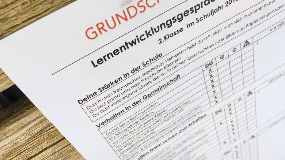 Der Lehrerverband stellt die Schulnoten infrage, die meisten Deutschen wollen sie aber behalten. (Foto: Imago/Action Pictures)
